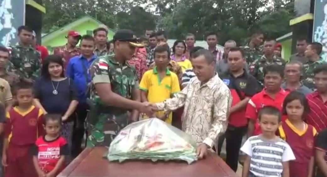 Nasi Tumpeng dan Senpi, Hadiah Warga Kalbar bagi Satgas Yonmek 643 di HUT Ke-74 TNI