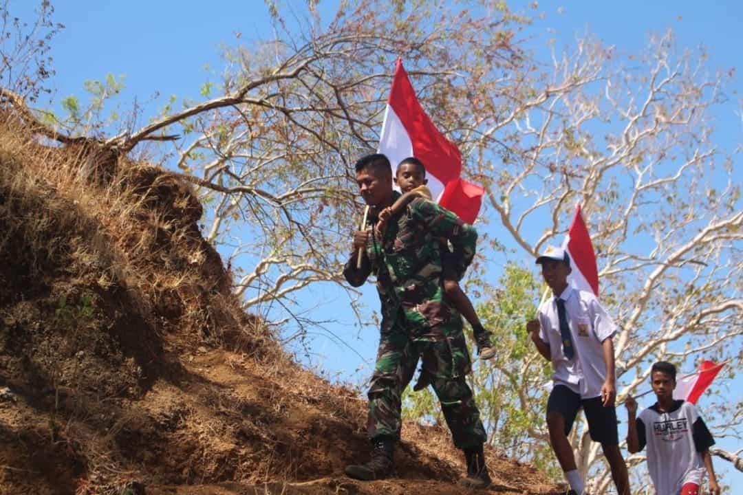 HUT Ke-74 TNI, Satgas Yonif R 142 dan Warga Kibarkan Merah Putih di Ketinggian 857 Mdpl