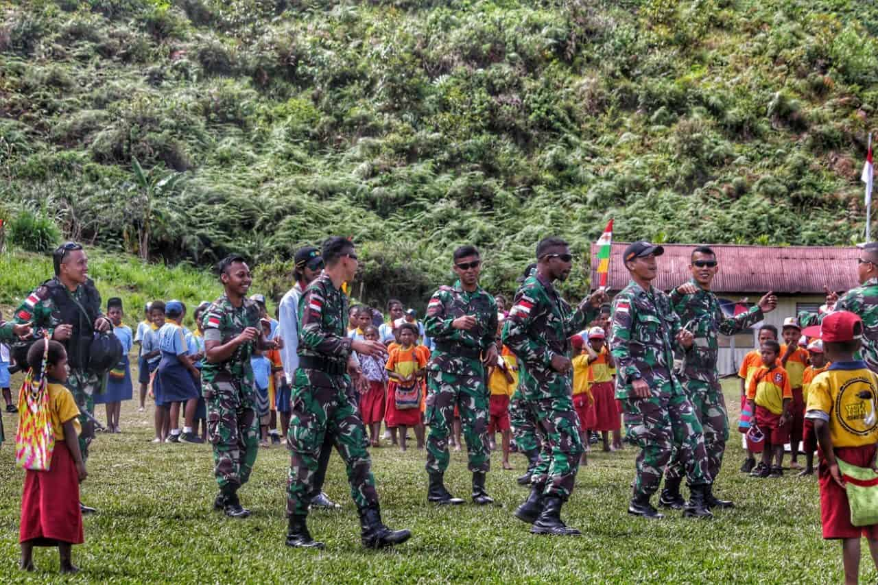 Tingkatkan Rasa Nasionalisme, Satgas Yonif 509 Rayakan HUT TNI Bersama Warga Okbibab