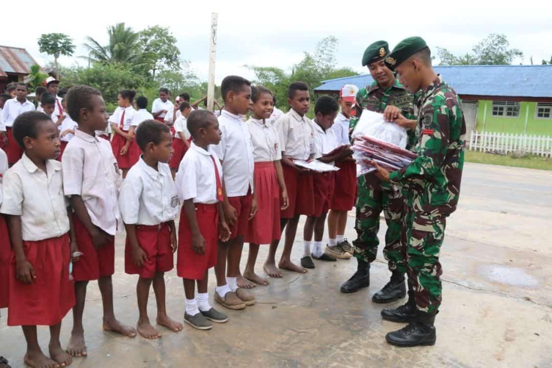 Tingkatkan Semangat Belajar di Perbatasan, Satgas Yonif MR 411 Bagikan Seragam Sekolah