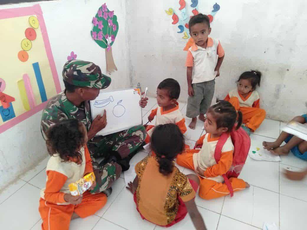 Tumbuhkan Kreatifitas Anak, Personel Satgas Yonif 142 Ajari Seni Rupa di Belu