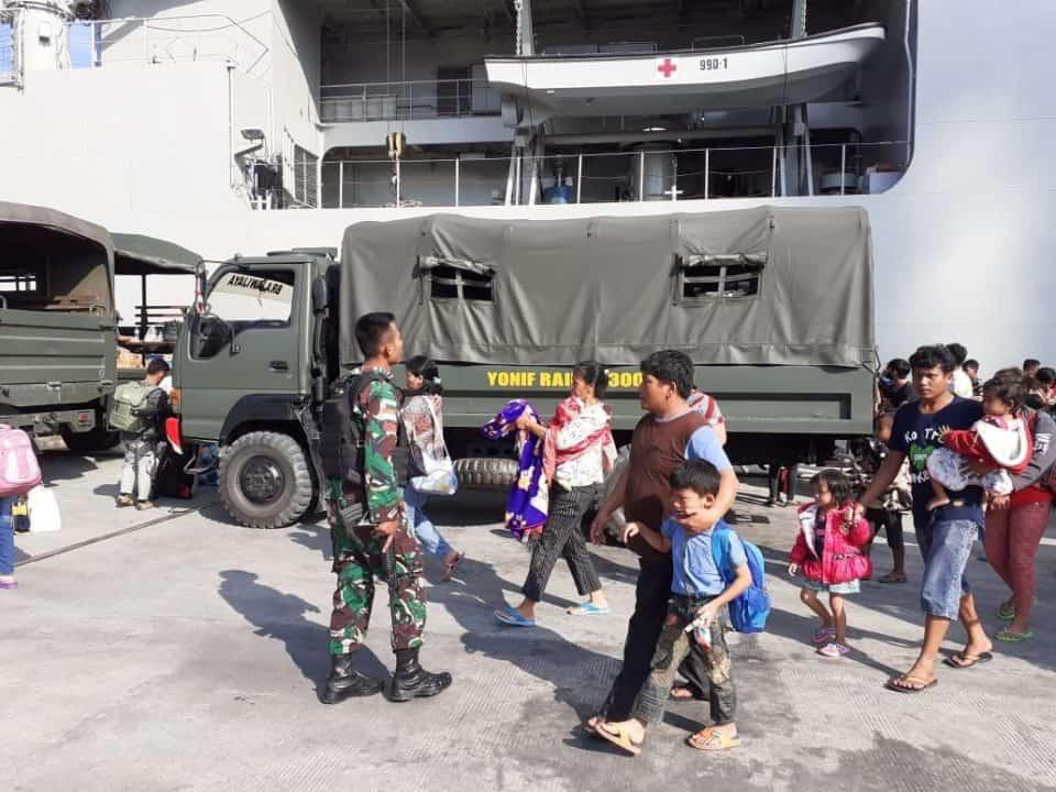 Solidaritas Sesama Anak Bangsa, Satgas Pamtas Yonif R 300 Evakuasi Pengungsi Wamena