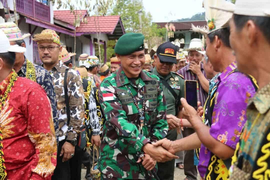 Peduli Budaya Nusantara, Satgas Yonif R 303 Turut Resmikan Monumen Dayak Kenyah