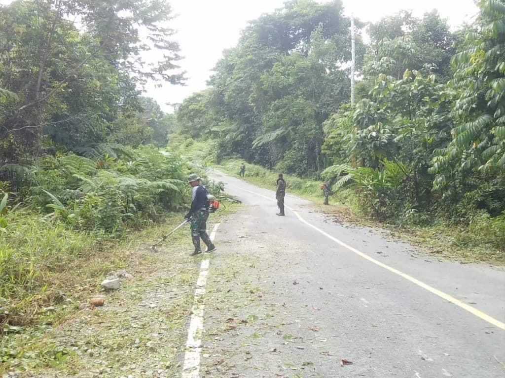 Peduli Keindahan Wilayah, Warga dan Satgas Yonif 509 Bersihkan Jalan Trans Papua