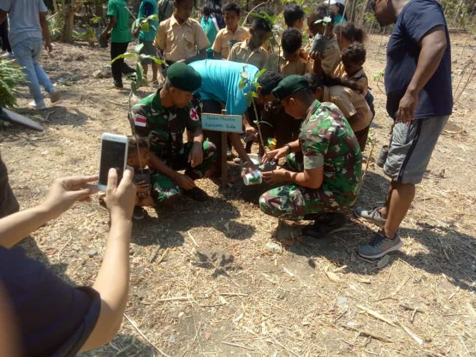 Turut Lestarikan Alam, Satgas Yonif R 142 Tanam Ratusan Pohon di Atapupu