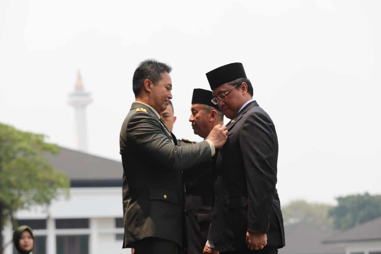 Kasad Sematkan Bintang Kartika Eka Paksi Utama Kepada Ketua BPK RI