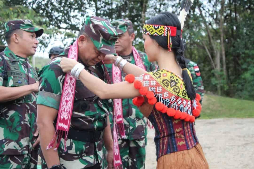 Tingkatkan Motivasi Prajurit, Kasdam III/Slw kunjungi Satgas Pamtas Yonif R 301 di Nanga Badau