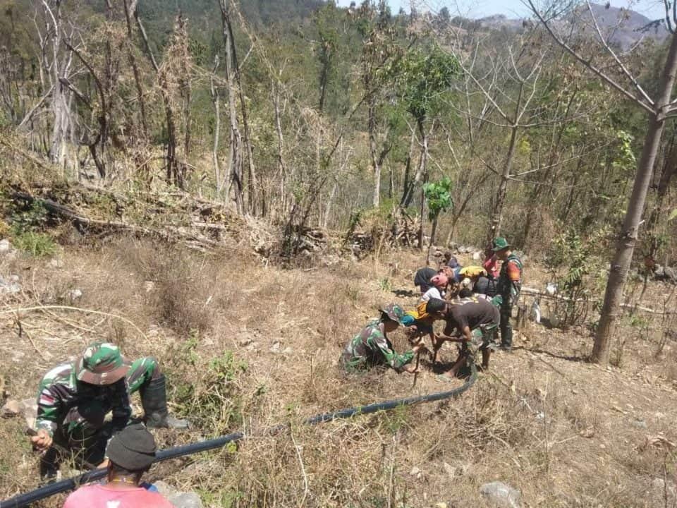 Peduli Warga di Tengah Kemarau, Satgas Yonif 132 Salurkan Air Bersih dari Pegunungan Nilulat