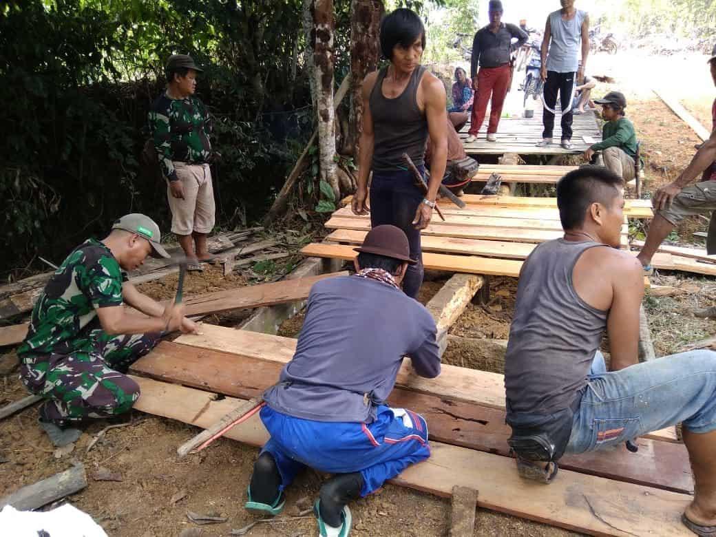 Keluhkan Akses Jalan, Babinsa Long Apari Bangun Jembatan di Perbatasan Indonesia-Malaysia