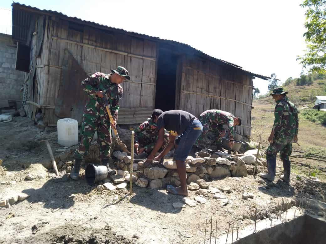 Pos Lakmars Satgas Pamtas RI-RDTL Yonif Raider 142/KJ serahkan bantuan beras dan semen kepada warga masyarakat
