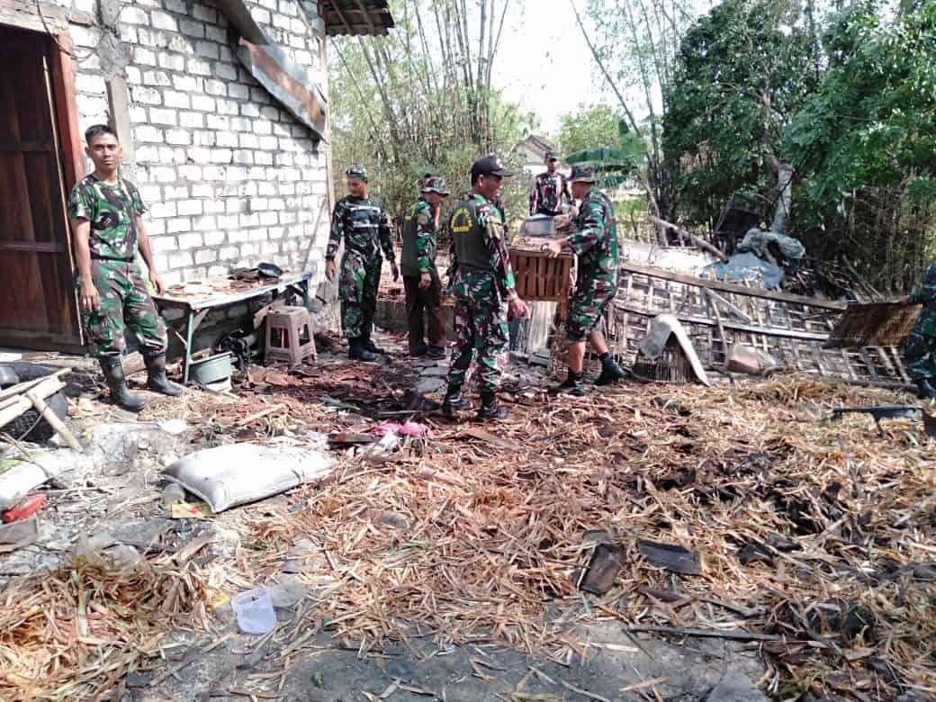 Porak Poranda Akibat Angin Kencang, Rumah Warga di Bersihkan Koramil Baureno