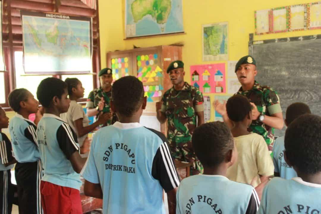 Semangati Generasi Muda Papua, Yonif 754 Kostrad Mengajar di Sekolah Pigapu