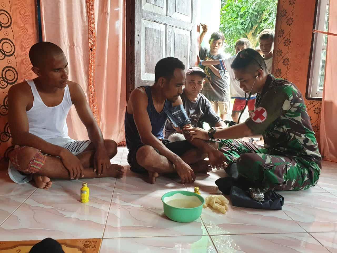 Peduli Warga Pedalaman Halmahera, Satgas Yonif 734 Bantu Pelayanan Kesehatan