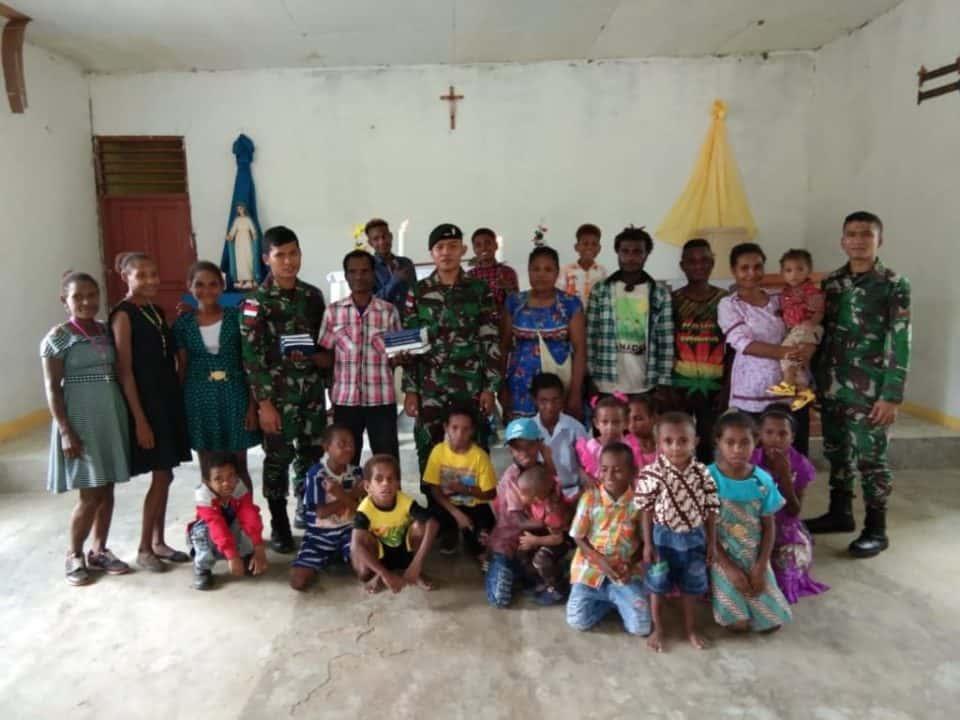 Alkitab dan Sembako, Satgas Yonif 300 Peduli Warga Keerom