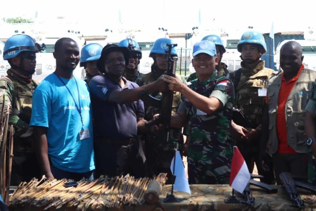 Operasi Gabungan 'Wibawa Mukti' Indo RDB MONUSCO, Eks Kombatan Kongo Serahkan AK-47 dan Ratusan Panah