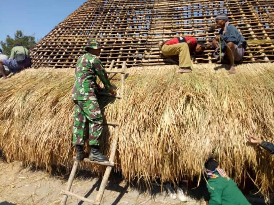 Peduli Budaya Setempat, Satgas Yonif Raider 142/KJ Bantu Warga Buat Rumah Adat Suku Wedat