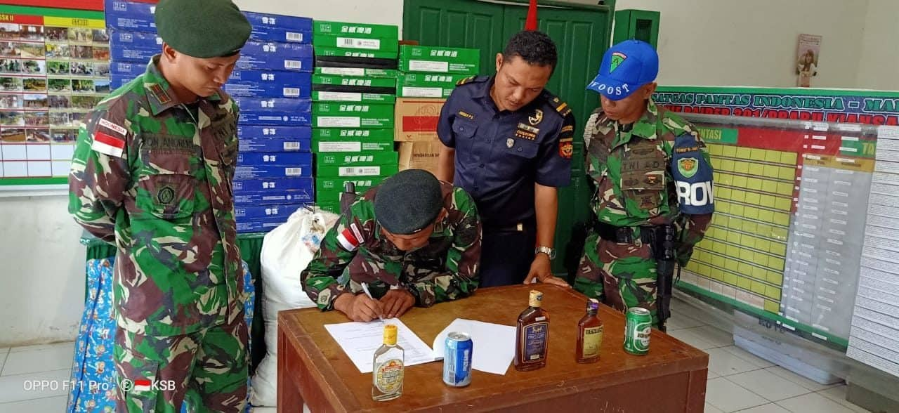 Yonif R 301 Serahkan Ribuan Miras Ke Bea Cukai Nanga Badau