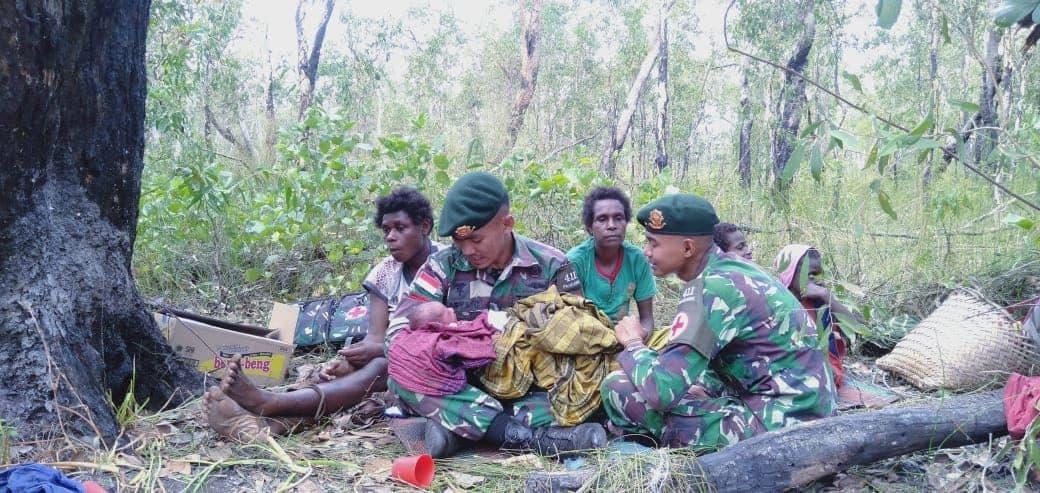 Dramatis, Satgas Yonif MR 411 Bantu Persalinan Bayi di Hutan Papua