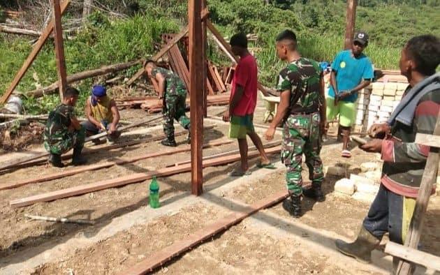 Peduli Mayarakat Perbatasan, Satgas Yonif 300 Bantu Bangun Rumah Warga Papua