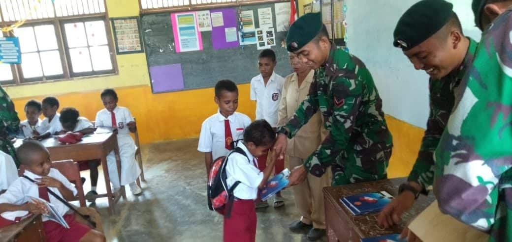 Peduli Pendidikan Anak Papua, Satgas Yonif R 300 Bagikan Buku dan Alat Tulis