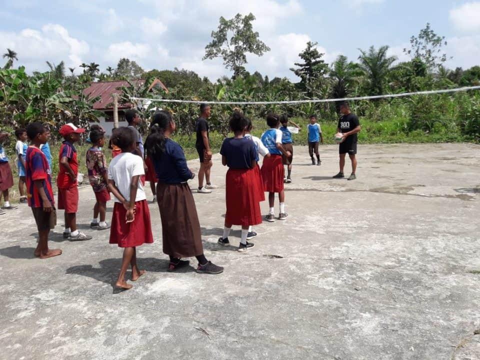 Salurkan Bakat dan Mimpi Anak Pedalaman Papua, Satgas Yonif 300 Gelar Latihan Voli