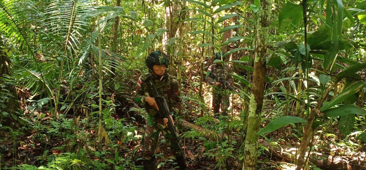 Patroli Satgas Yonif R 300 Jamin Kedaulatan Negara dan Keamanan Warga