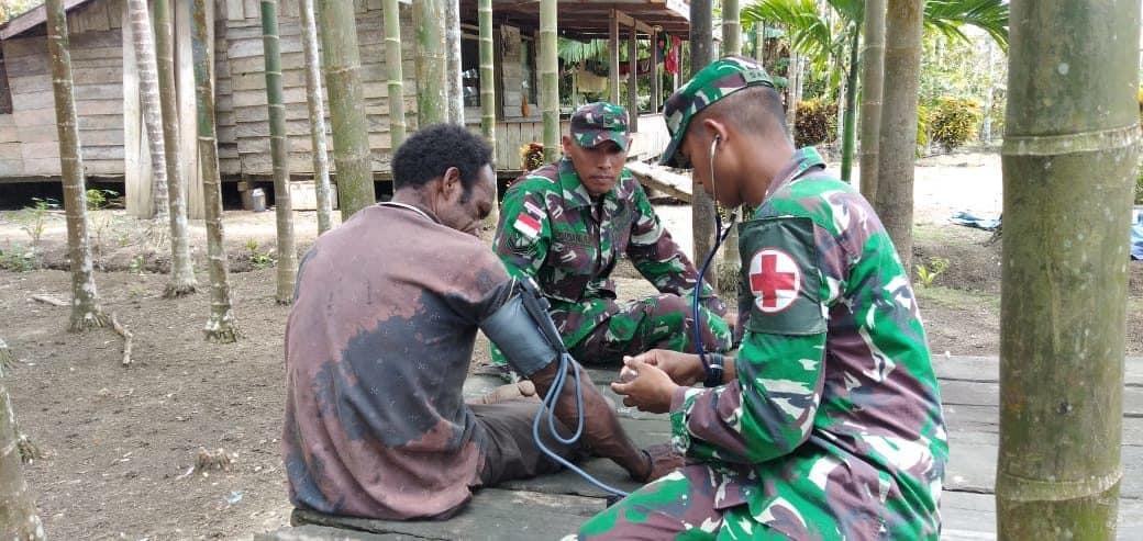 Peduli Warga Papua, Satgas Yonif 300 Terjunkan Tim Kes di Distrik Skanto