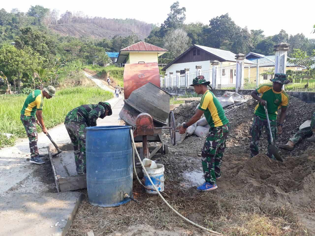 Licin dan Sulit Dilalui, Satgas Pamtas Yonif R 303 Perbaiki Jalan Long Pujungan