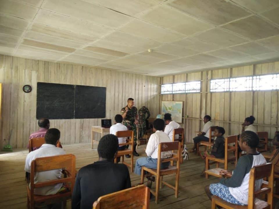 Maknai Hari Sumpah Pemuda, Satgas Yonif 321 Ajarkan Sejarah ke Pelajar SMTP Mbua
