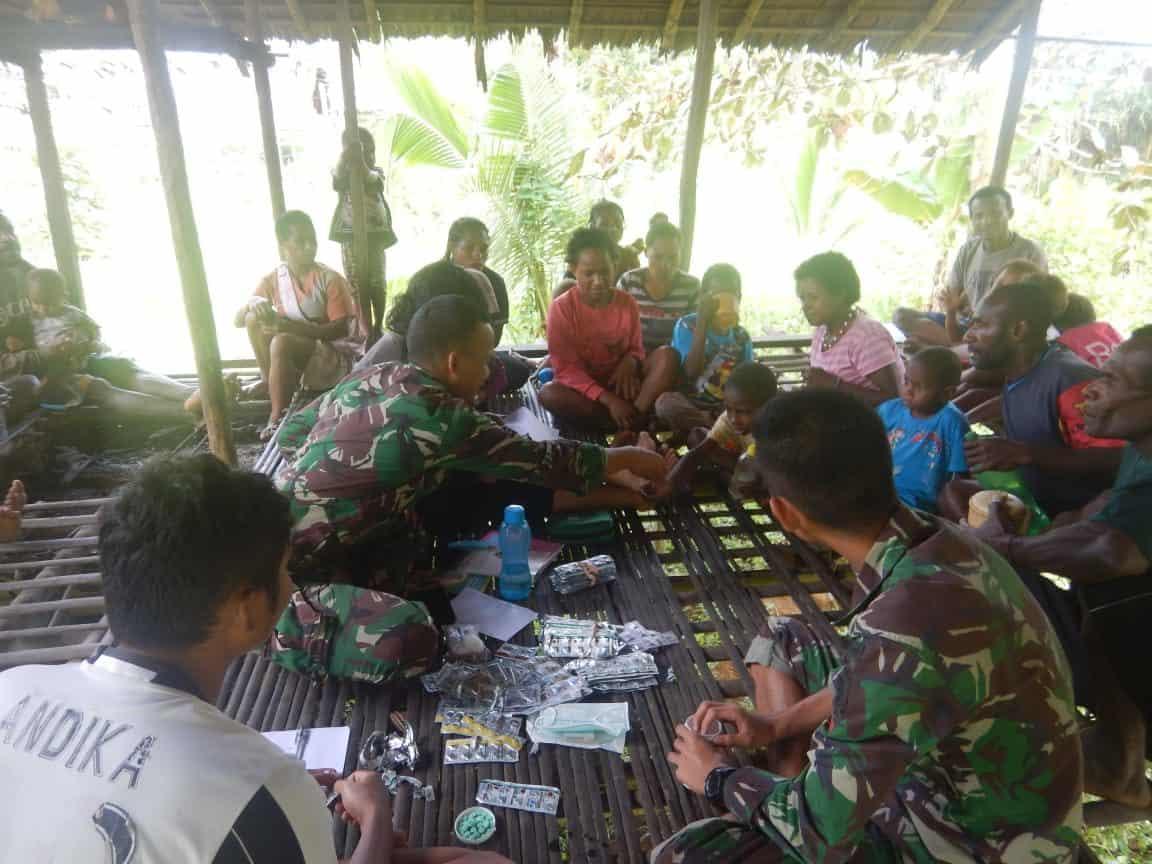 Bagikan Obat dan Vaksin, Satgas Yonif 509 Cegah Filariasis di Pedalaman Papua