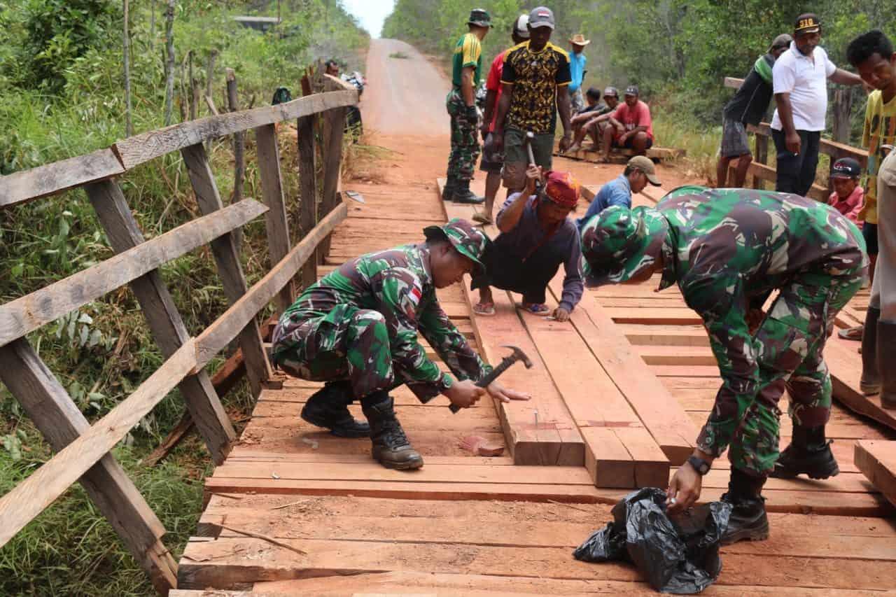 Jadi Akses Utama Warga, Satgas Yonif 411 Perbaiki Jembatan Rusak di Merauke
