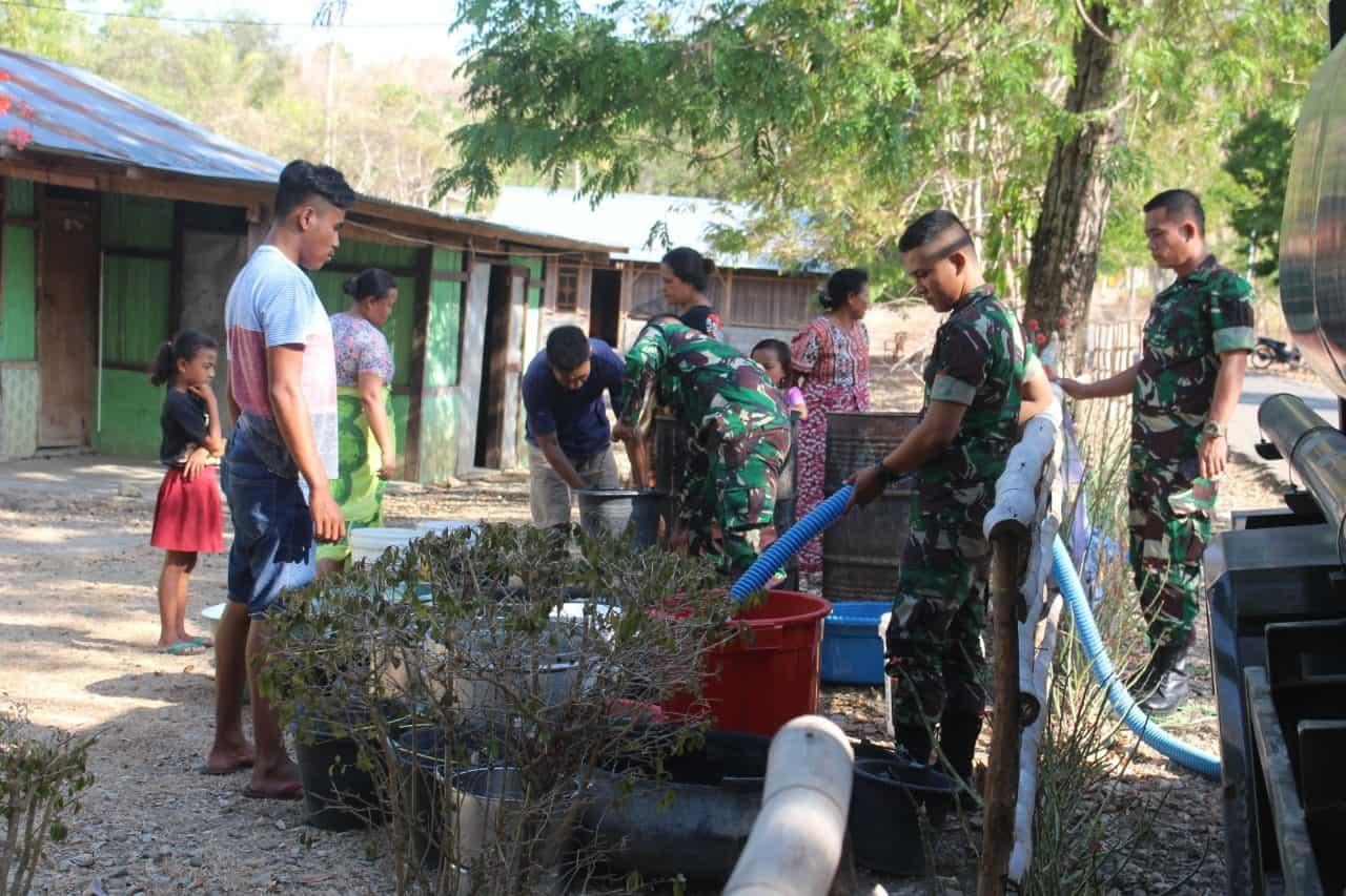Alami Kekeringan Akibat Kemarau, Pamtas 142 Distribusikan Air Bersih di Atambua Barat