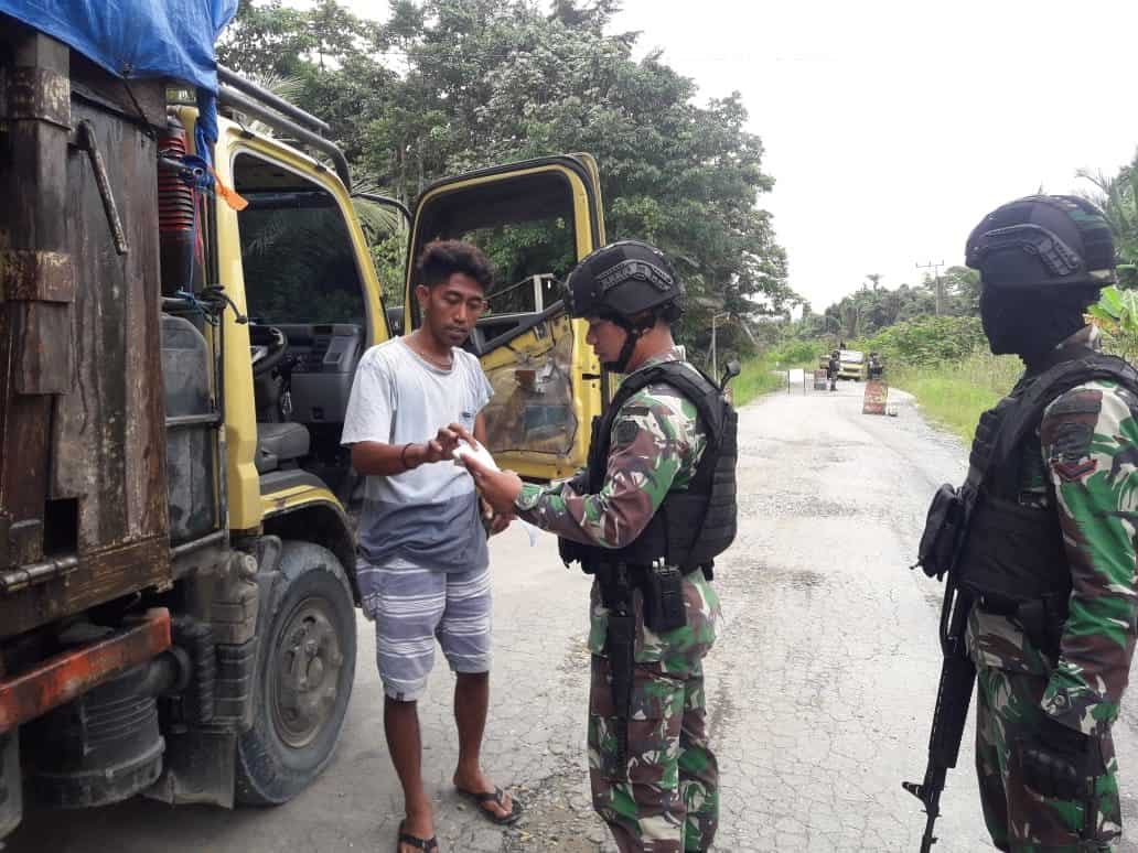 Cegah Peredaran Miras, Satgas Pamtas Yonif R 300 Intensifkan Pemeriksaan di Perbatasan