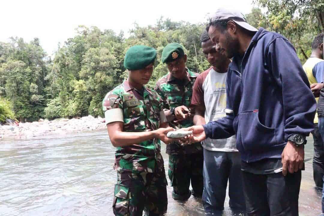 Tempuh 120 Km, Pelajar Papua Antusias Wisata Geologi Satgas Yonif 754