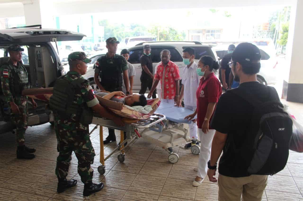 Tertabrak Mobil, Warga Negara Malaysia Dievakuasi Satgas Yonif 713 ke Jayapura