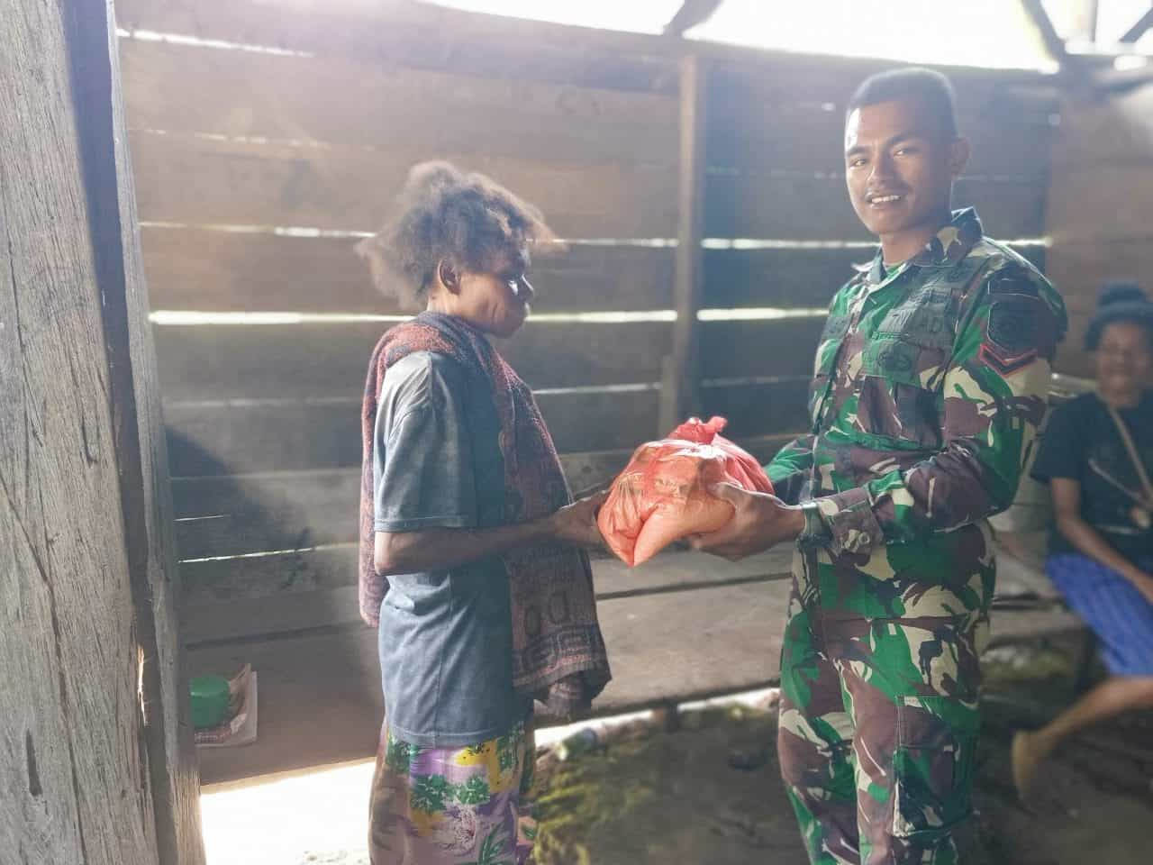 Ringankan Beban Hidup Warga Papua, Satgas Yonif R 509 Bagikan Sembako