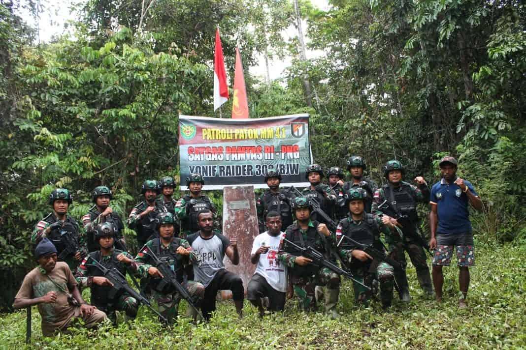 Lewati Jalur Terjal, Satgas Yonif R 300 Patroli Patok Batas Negara Bersama Warga