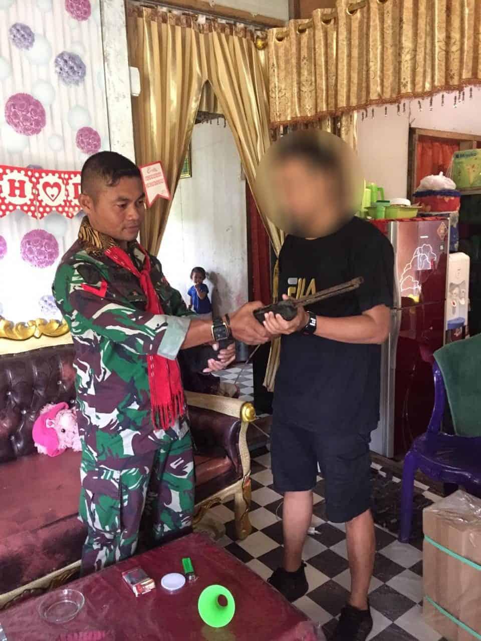 Dapatkan Simpatik Warga, Satgas 734/SNS Terima Senapan Api Secara Sukarela