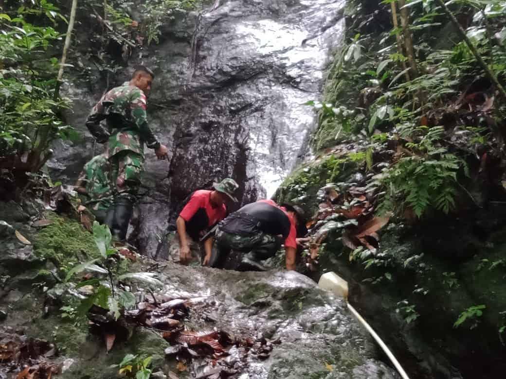 Atasi Krisis, Satgas Yonif 300 Perbaiki Sarana Air Bersih di Keerom