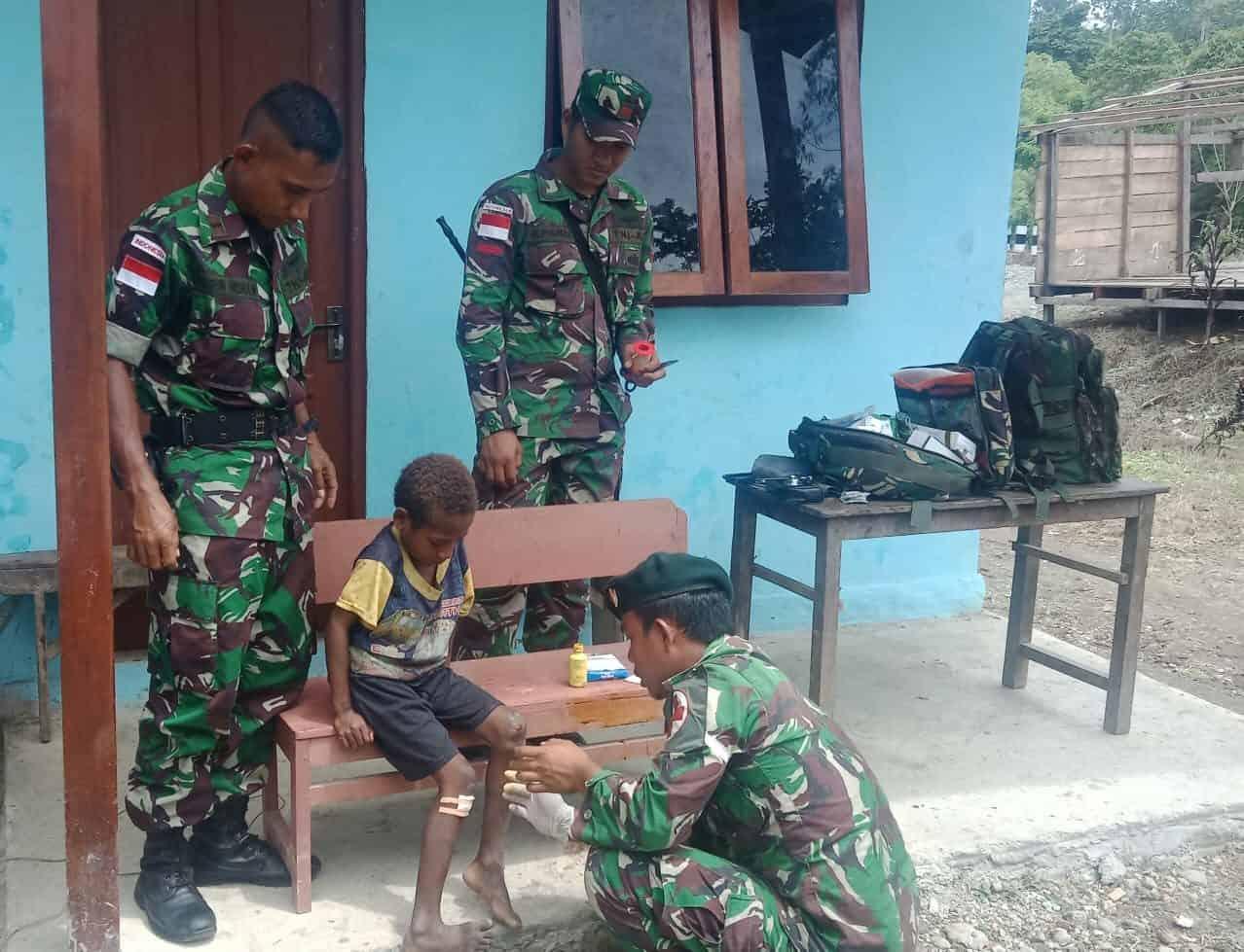 Pengobatan Keliling di Distrik Waris, Satgas Yonif R 300 Peduli Warga Papua