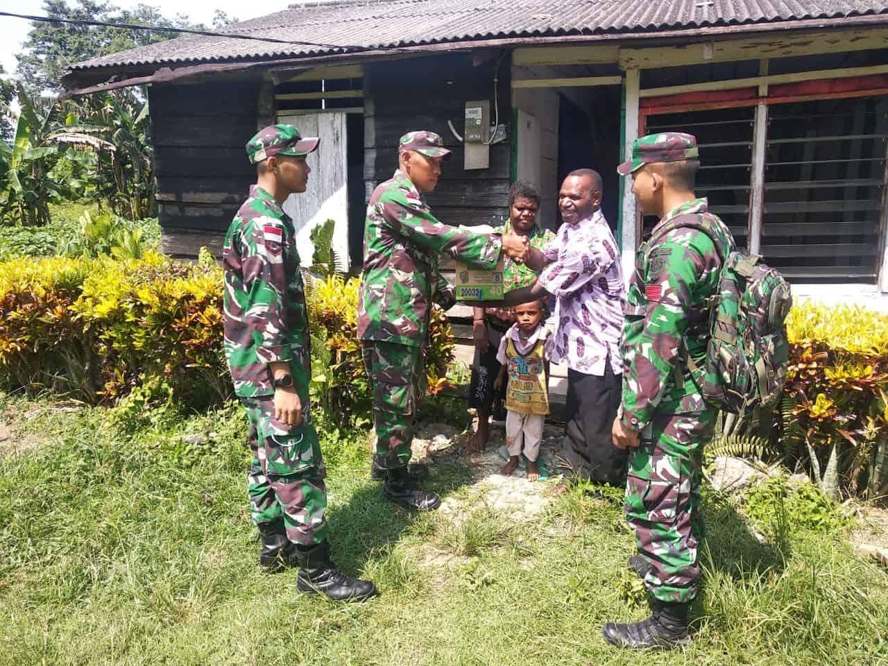 Wujud Kepedulian, Satgas Yonif 300 Salurkan Sembako Untuk Warga Arso