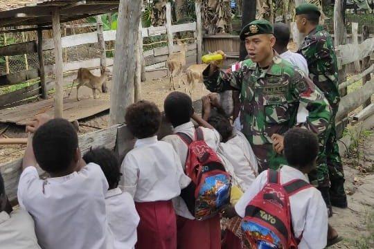 Bangun Sense of Humanity Anak, Satgas Yonif 411 Ajak Anak Usia Dini Sayangi Hewan