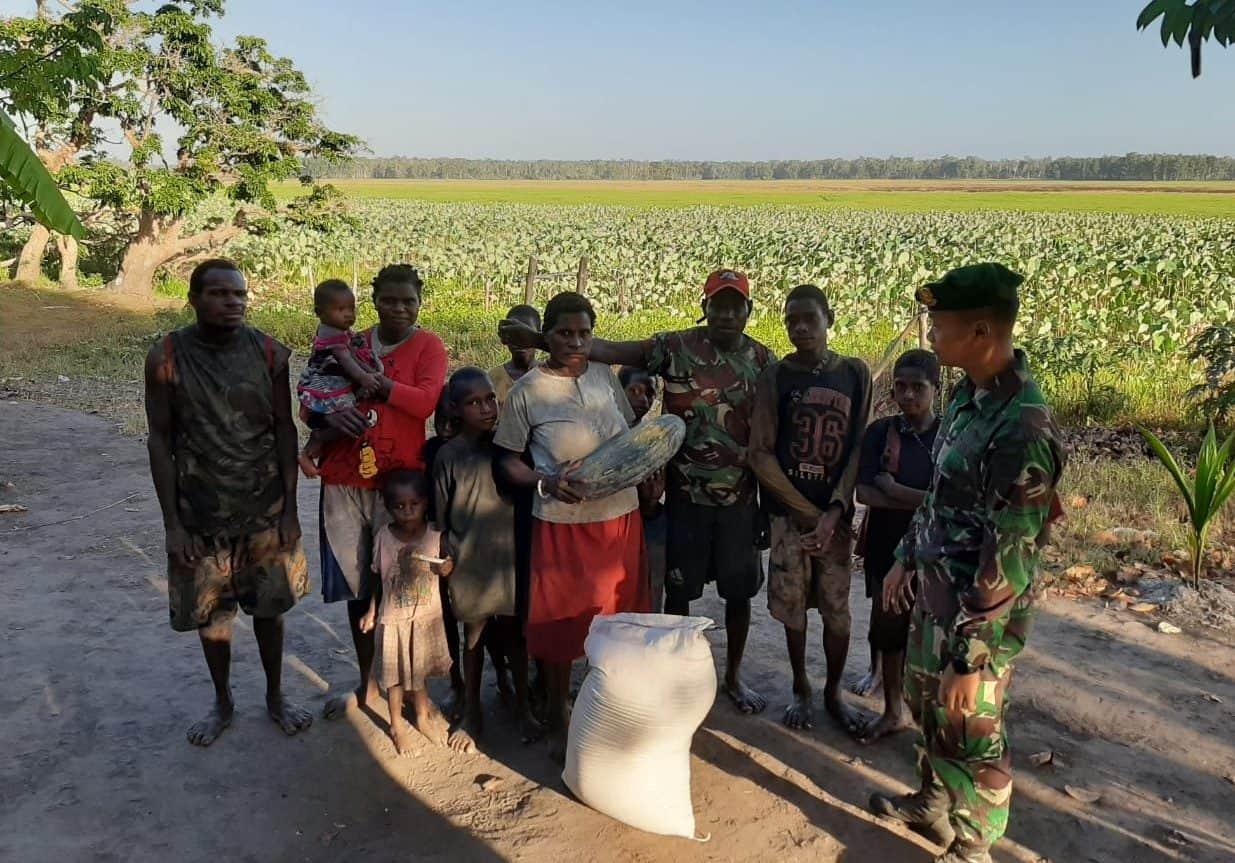 Enam Jam Lewati Rawa, Satgas Yonif MR 411 Berikan Beras Di Pedalaman Papua