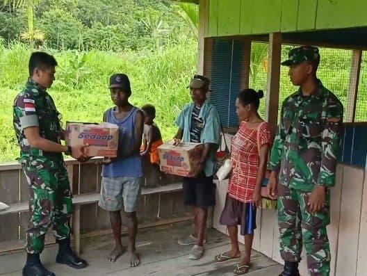 Peduli Kesejahteraan Papua, Satgas Pamtas Yonif R 300 Bagikan Sembako dan Alat Olah Raga