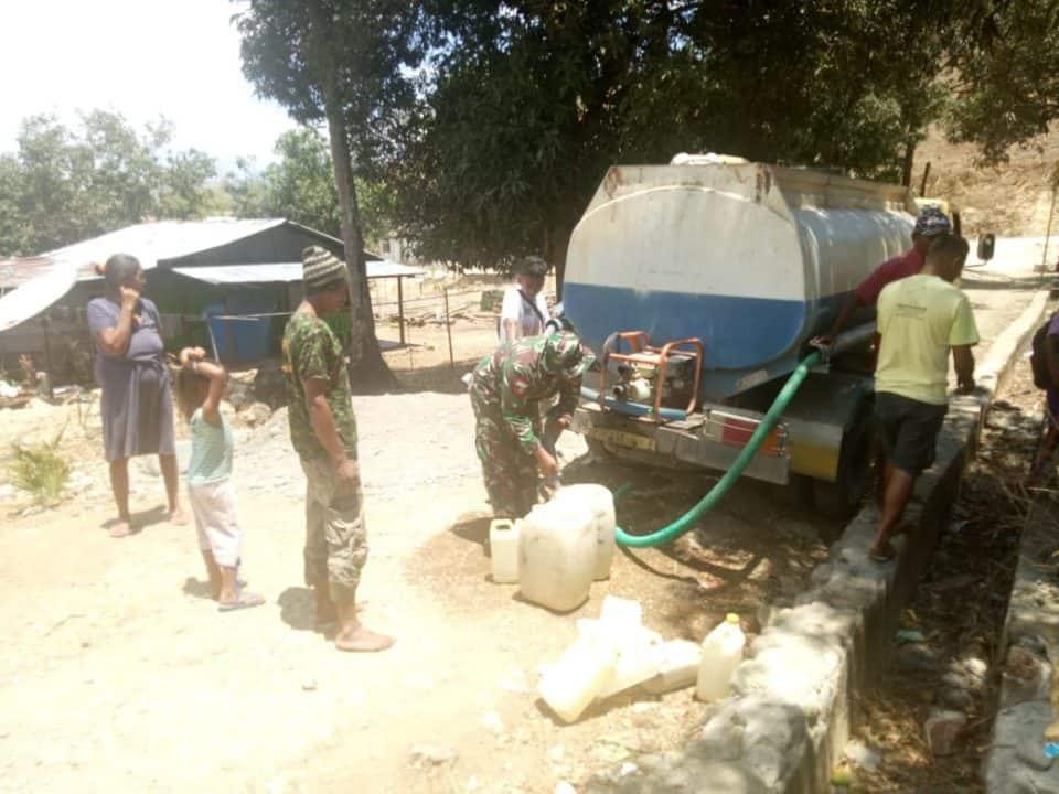 Atasi Kekeringan di Perbatasan RI-RDTL, Satgas Yonif 142/KJ Distribusikan 5.000 Liter Air Bersih