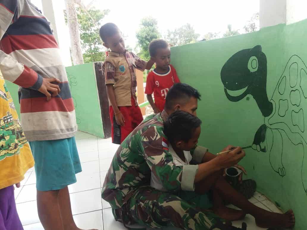 Latih Lukis Mural, Satgas Yonif 142 Kembangkan Kreatifitas Anak Perbatasan