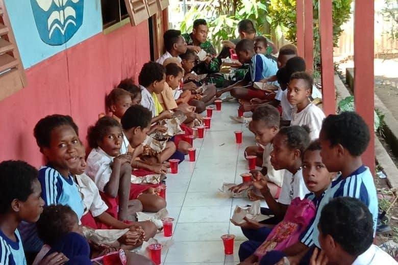 Jumat Berkah, Satgas Yonif MR 411/PDW Kostrad Adakan Sarapan Pagi Bersama di Kampung Rawa Biru