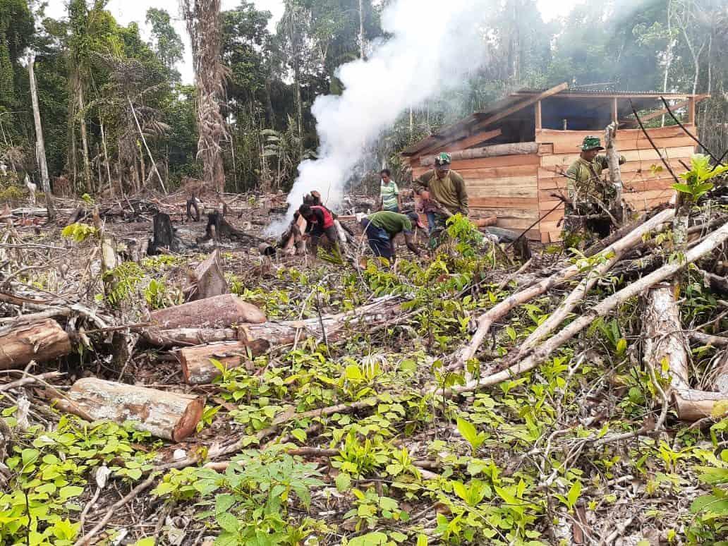 Peduli Warga Papua, Satgas Pamtas Yonif R 300 Bangun Gereja