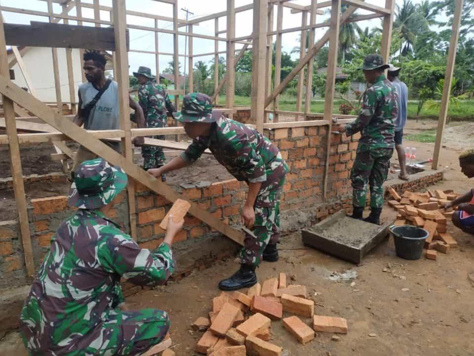 Peduli Warga Papua, Satgas Yonif MR 411 Bangun Rumah Kakek Martinus
