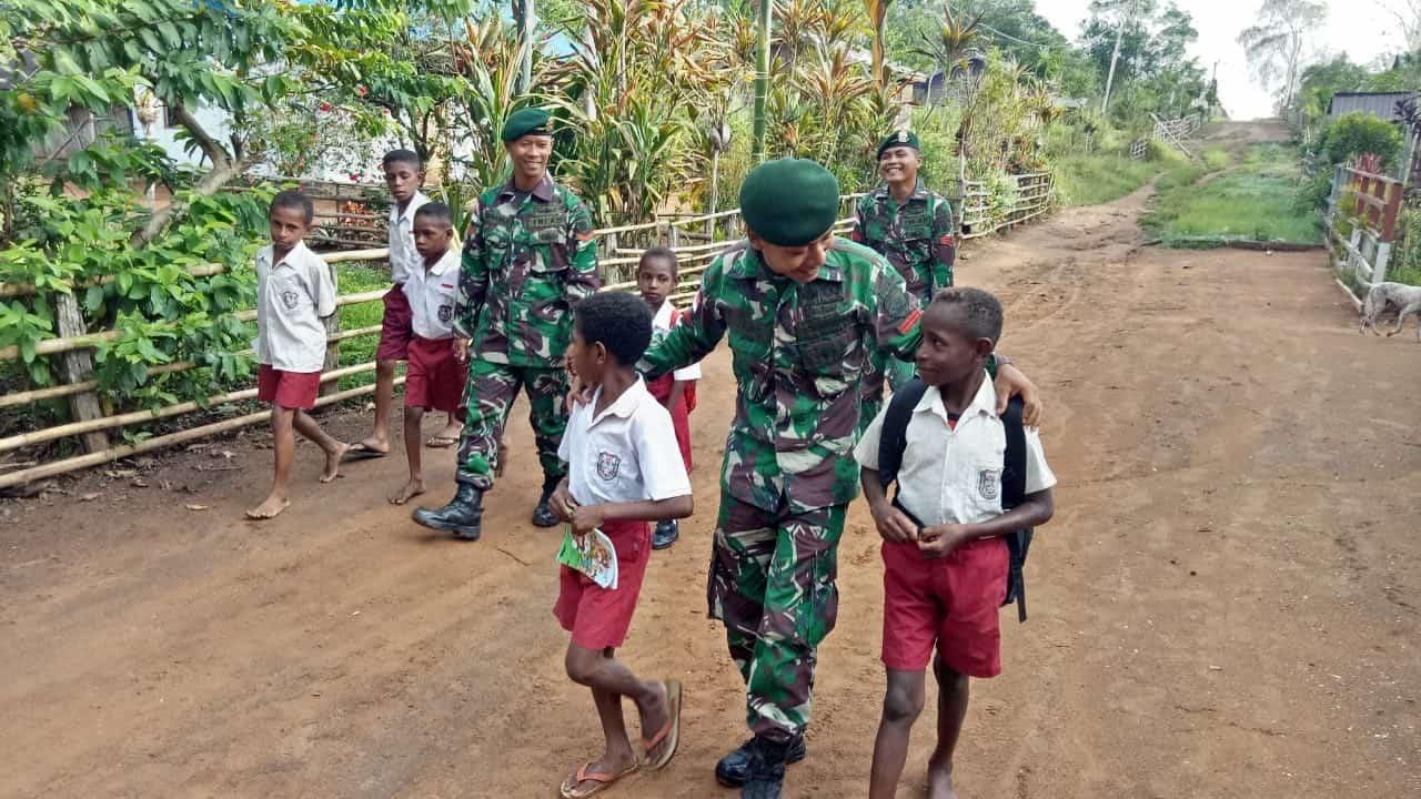 Antar Pelajar ke Sekolah, Satgas Yonif MR 411 Implementasikan Semangat Hari Pahlawan